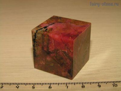 Куб из камня родонит (29мм)