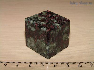 Куб из камня эвдиалит (29мм)